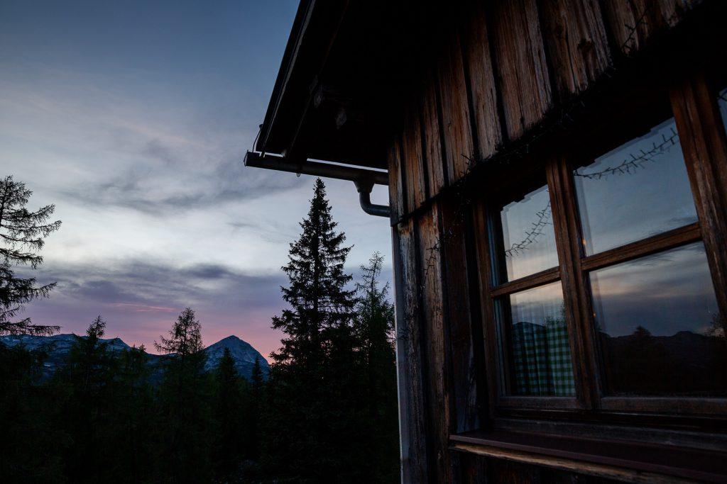 Um abseits und in Ruhe die schönsten Stimmungen des Tages einzufangen übernachten wir auf zwei besonders ausgefuchsten Berghütten. Beide haben wir natürlich eingehend erprobt.