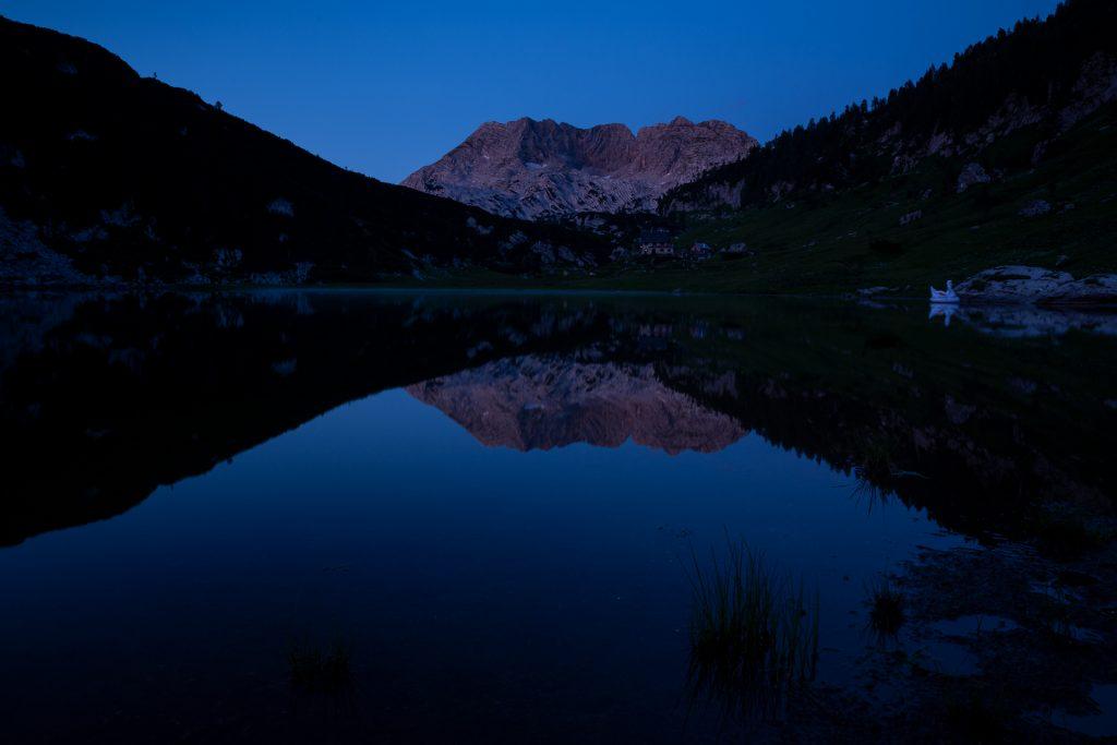 Ein besonders ausgefuchstes Naturspektakel bietet sich uns bei der Pühringerhütte. Das mächtige Bergmassiv Rotgschirr färbt sich in den Abendstunden in sein namensgebendes Rot.