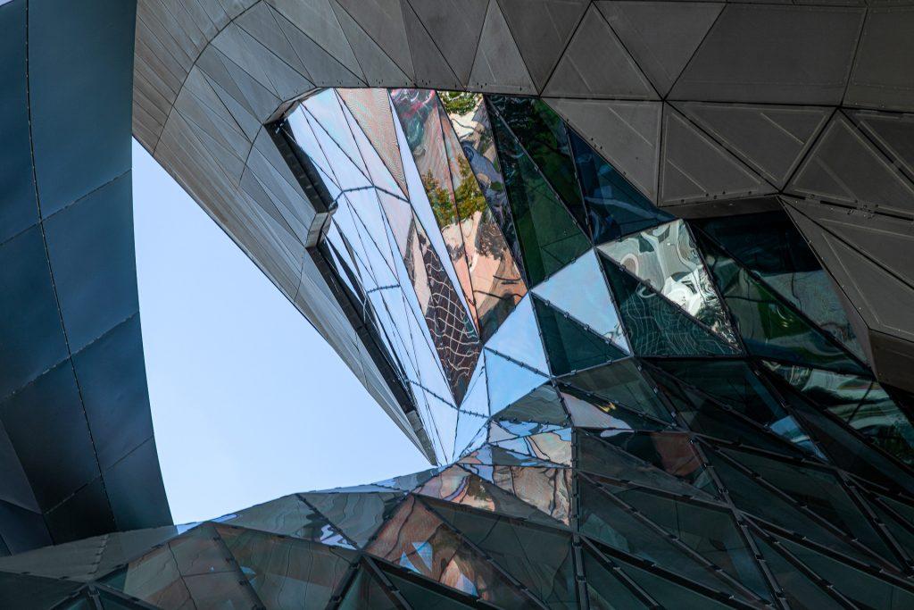 Bei unserem Fotokurs Architekturfotografie München gehen wir gemeinsam auf Fotostreifzug durch das olympische Dorf.