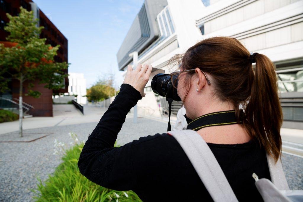 Komm mit deiner Kamera oder Handy Kamera. Bei unserem Fotokurs lernst du viele fotografische Tipps und Tricks.