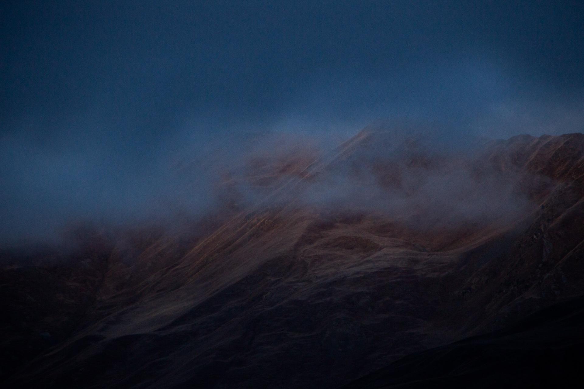 Genau so soll es sein. Blau und Grau und dunkel und dramatisch. Liebe Natur, bitte mehr davon!