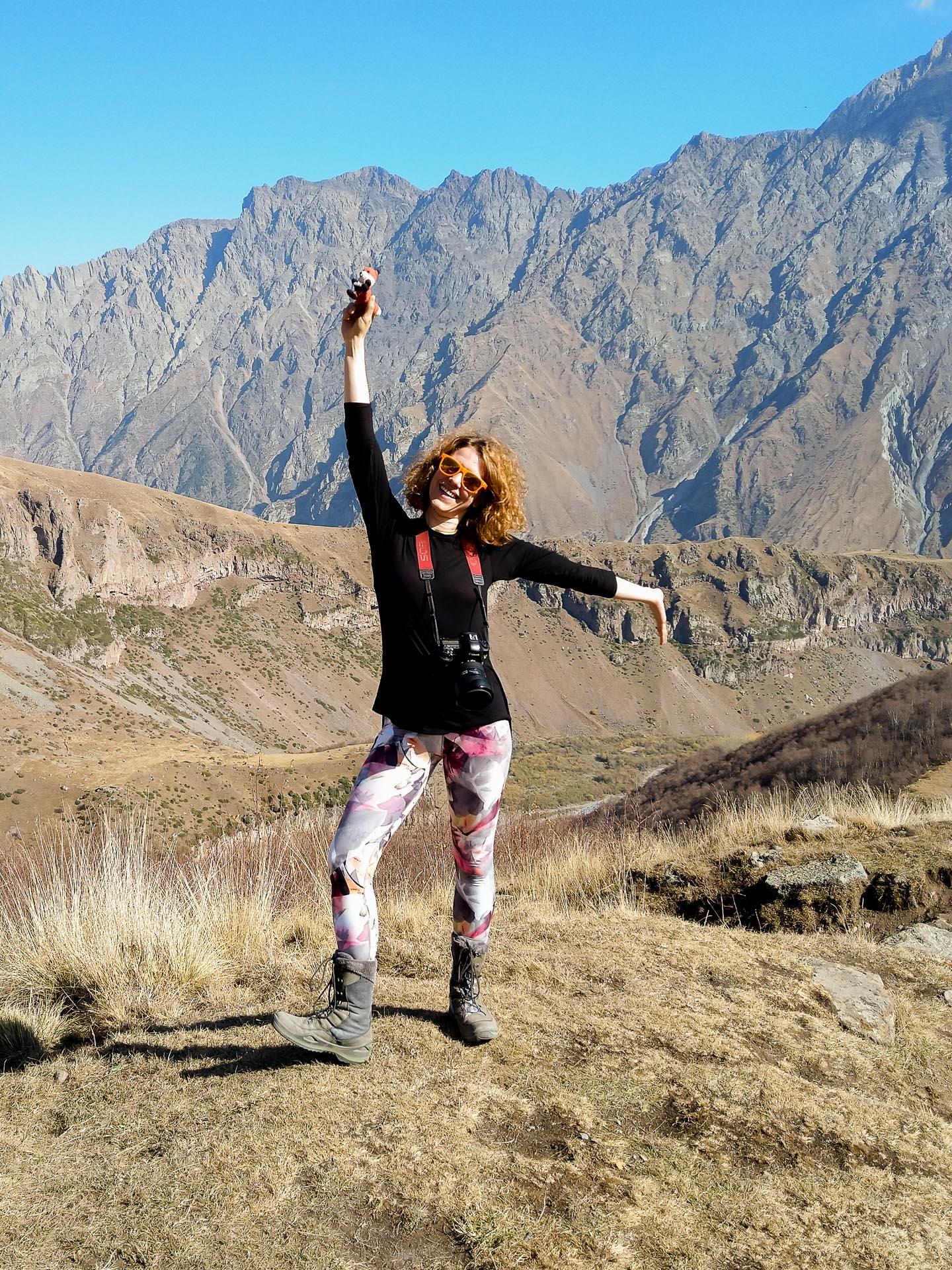 "Fotofuchs Katharina unterwegs auf Fotostreifzug mit Finn <a href=""https://www.diefotofuechse.com/de/fotoreisen/natur-fotoreise-georgien/"">im Großen Kaukasus</a>."
