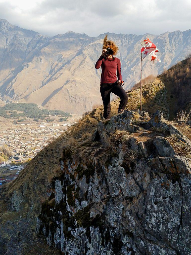 Fotofuchs Katharina unterwegs auf Fotostreifzug in den Bergen Georgiens.