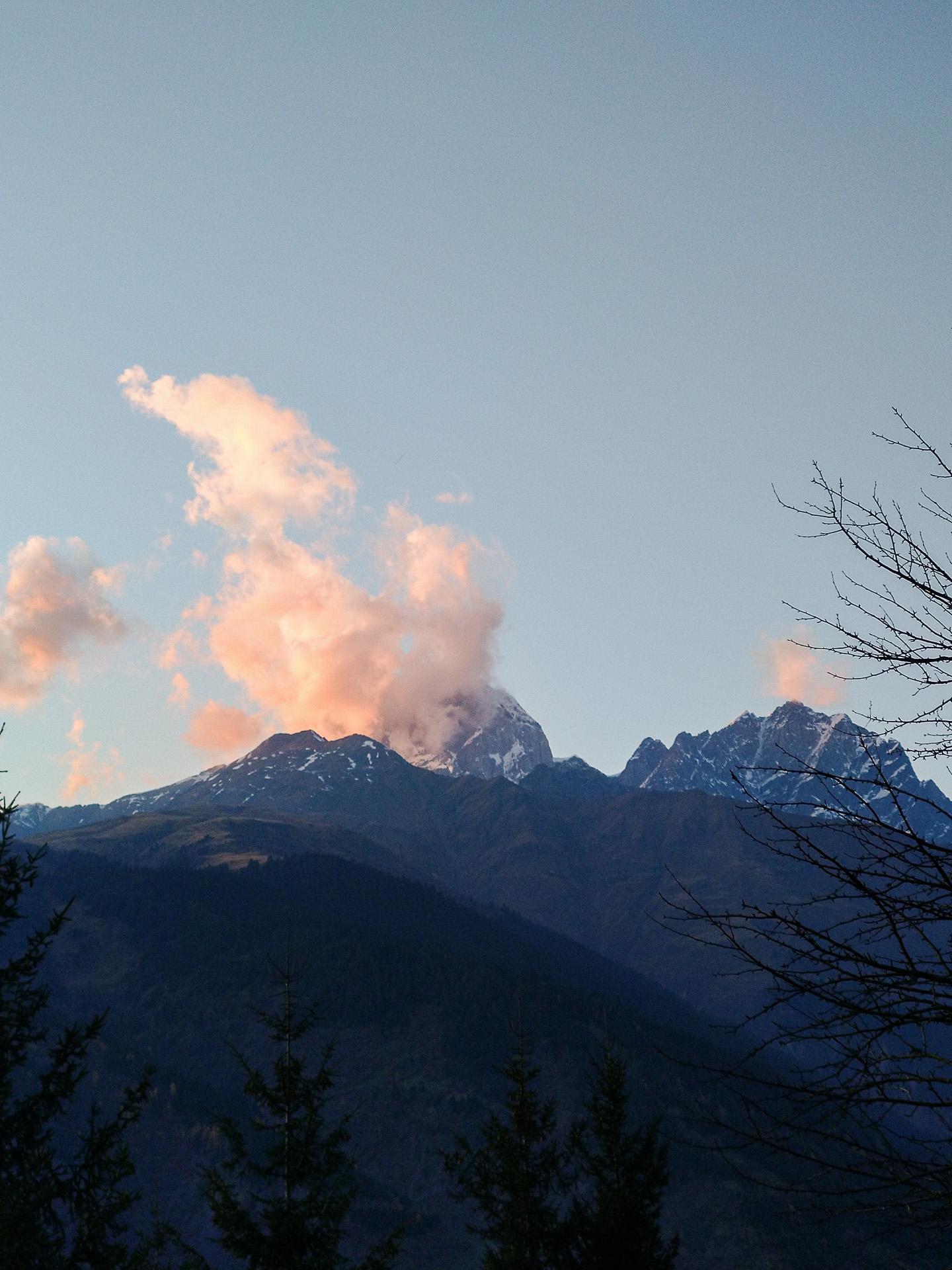 Eine Abendstimmung in den Bergen fotografiert mit einem manuell gewählten Weißabgleich, der die Farben so darstellt, wie sie wirklich ausgesehen haben.