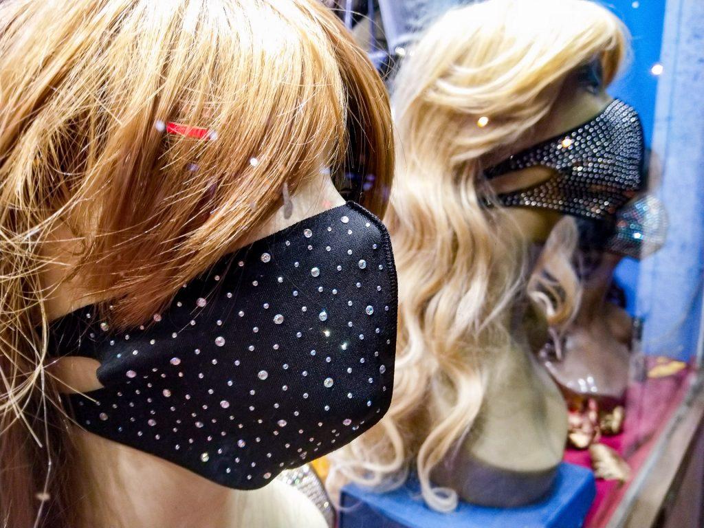 Hätten zwar sicher zum Tanzen angeregt, sind aber leider mittlerweile verboten. Eine FFP2 Maske ist Pflicht, wenn der Mindestabstand nicht eingehalten werden kann. Die funkelnde Disco Maske kannst du aber gerne noch drüberziehen ;-)