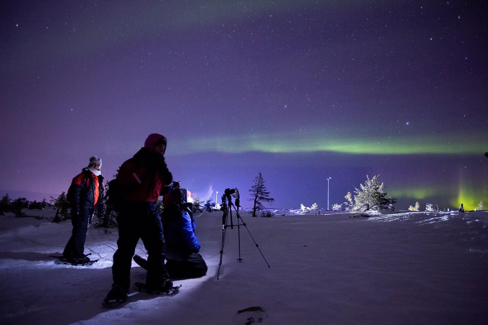 """Bei unserer <a href=""""https://www.diefotofuechse.com/de/fotoreisen/fotoreise-finnland/"""" target=""""_blank"""" rel=""""noopener noreferrer"""">Fotoreise in der finnischen Winternacht</a> gemeinsam auf der Jagd nach Polarlicht. Da kann es auch etwas spätere Nacht oder früher Morgen werden."""