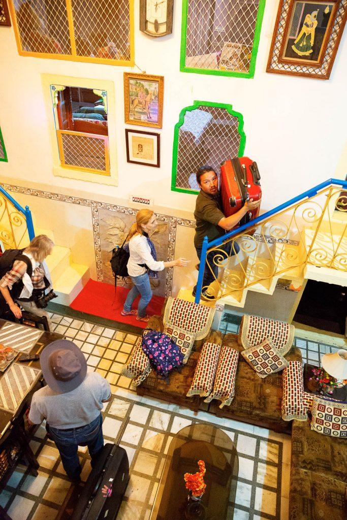 Die lokale Architektur des Hotels verträgt sich nicht mit deinem Reisegepäck? Unser starker Reiseguide ist zur Stelle.