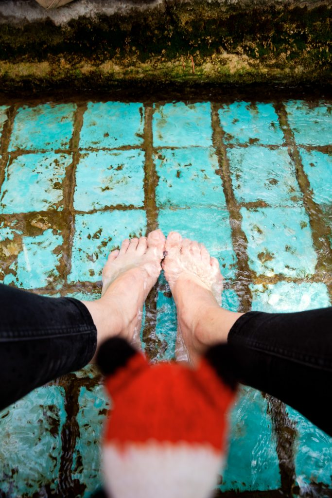 Auf unserer Fotoreise durch Persien hast du beim Besuch eines Gartens auch Zeit, die Füße gemütlich in einem der vielen Wasserläufen zu erfrischen und die Kamera auch einmal beiseite zu legen, um das Lebensgefühl des Landes zu erleben.