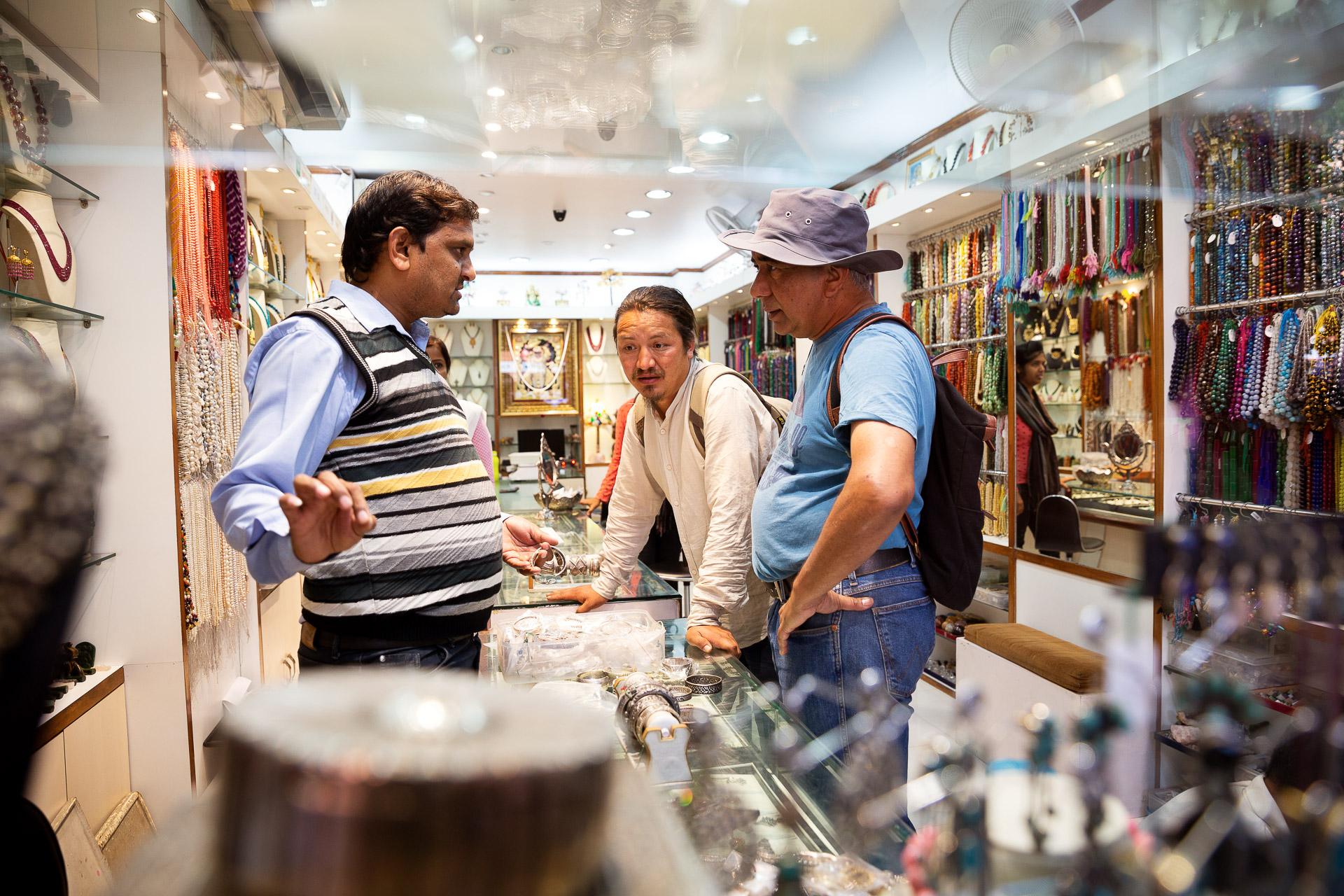 Der Reiseguide unserer Fotoreise hilft dir natürlich auch bei wichtigen Einkäufen am Bazaar.