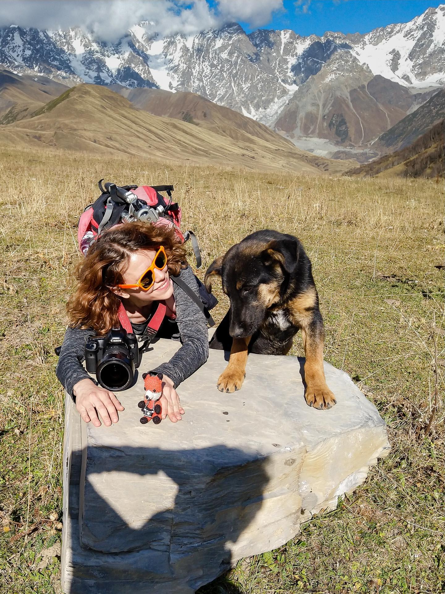 Fotofuchs Katharina unterwegs in der Gebirgsregion Swanetien in Georgien. Die beeindruckende Berglandschaft und ein ausgefuchster Hunde-Reiseguide haben überzeugt.