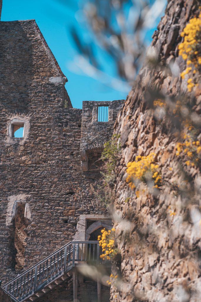 Fange spannende Details in der Burgruine ein.