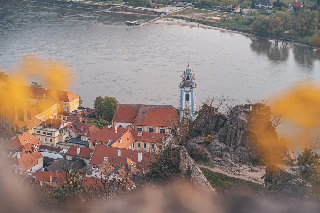 Von der Burgruine aus hast du einen eindrucksvollen Ausblick auf die Stadt Dürnstein.