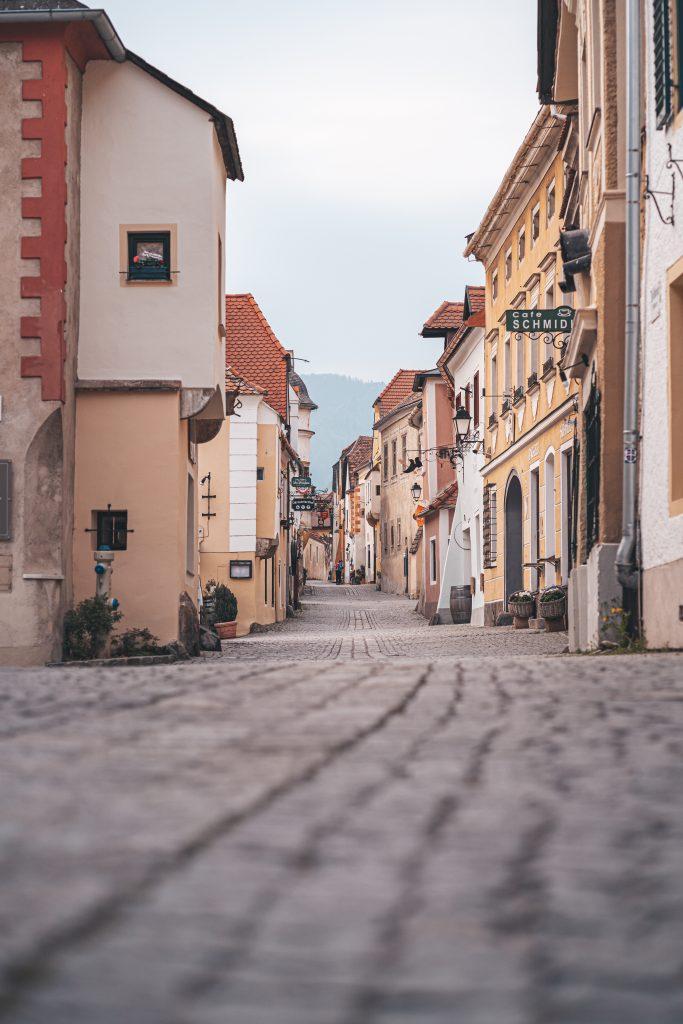 Mit spannenden Perspektiven fangen wir dir pittoreske Stadt in der Wachau ein.
